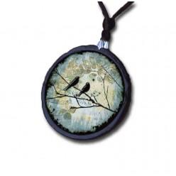 Collier en ardoise avec le thème oiseaux sur la branche fond bleu sarcelle