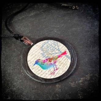 Collier en ardoise avec le thème oiseaux floral pastel.