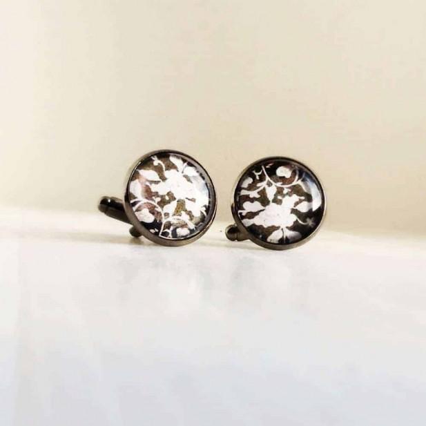 Boutons de manchette motif floral noir et blanc.