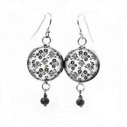 Boucles d'oreilles fantaisie pendantes avec un thème floral en noir et blanc