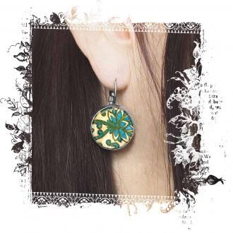 Boucles d'oreilles dormeuses avec un thème damassée en vert et tuquoise