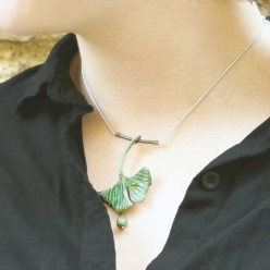 Ginkgo Biloba leaf necklace with ink-painted porcelaine Collier