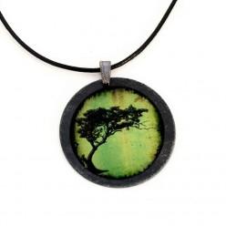Halskette aus Schiefer mit Baum Acacia Tortillis in grünes Thema