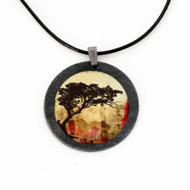 Collier en ardoise avec le thème d'Arbre acacia tortillis fond couleurs de la Savane