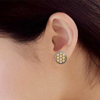 Clous d'oreilles fleurs blanches fond moutarde