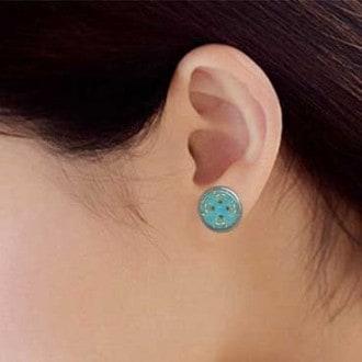 Clous d'oreilles avec le motif fleurs chocolat sur fond turquoise