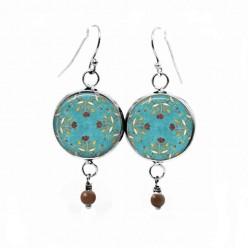 Boucles d'oreilles pendantes avec le motif fleurs chocolat sur fond turquoise