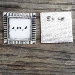 Broche carrée Oiseaux sur le fil en noir et blanc