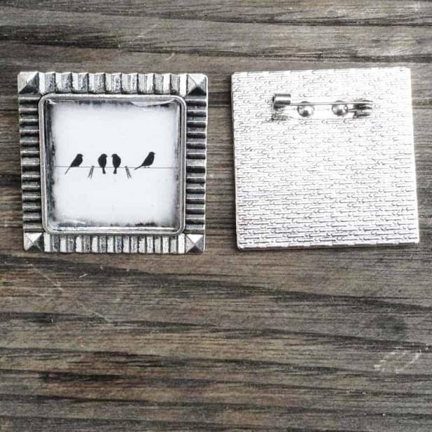 Broche ronde Oiseaux sur le fil en noir et blanc