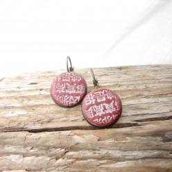 Boucles d'oreilles dormeuses avec une impression lettres Japonaises rouge et blanc