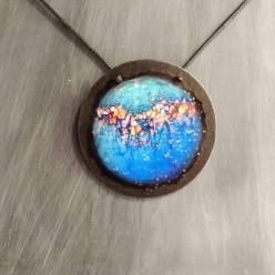 Collier Ardoise Collection Litha (été) en bleu profond avec relief en or rose