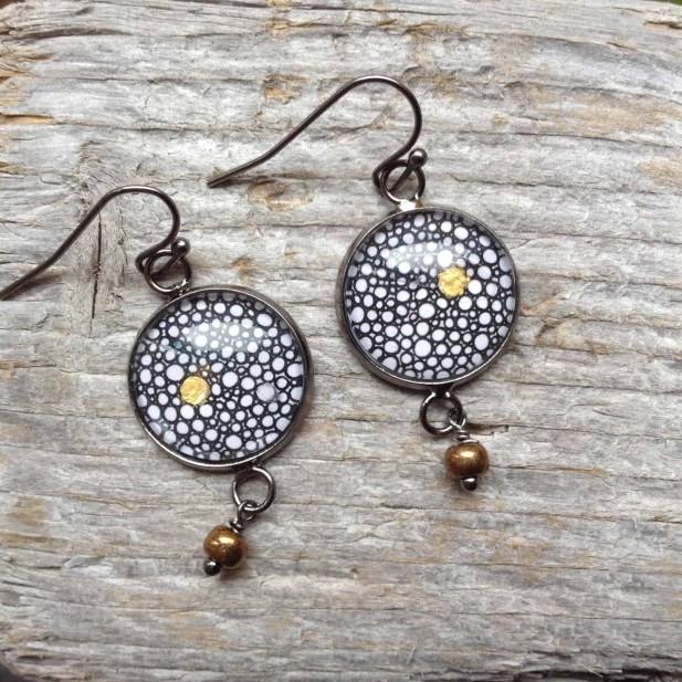 Boucles d'oreilles pendantes rondes collection Yule Cercles ronds noir,blanc et or