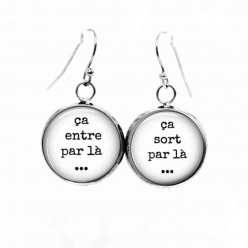 "Simple dangle earrings with the Theme ""In one ear, out the other"" in French"