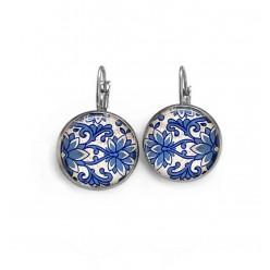 Boucles d'oreilles dormeuses thème porcelaine florale bleu marine, turquoise et blanche.
