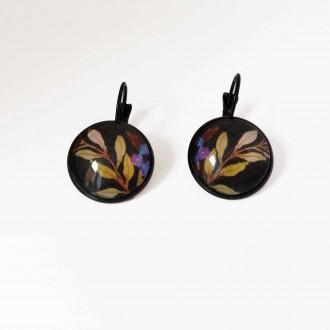 Boucles d'oreilles dormeusesmotif boho floral sur fond noir - branches et fleur bleue