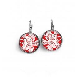 Boucles d'oreilles dormeuses thème fleurs japonisantes sur fond rouge.