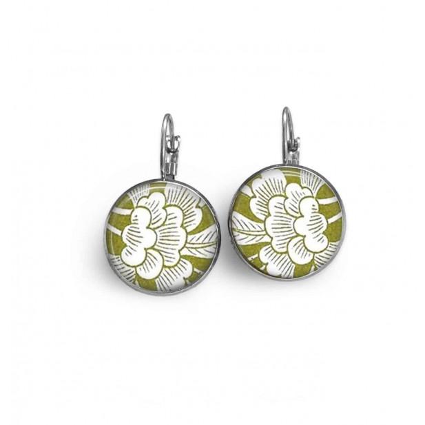 Boucles d'oreilles dormeuses thème fleurs blanches sur fond vert style japonisant.