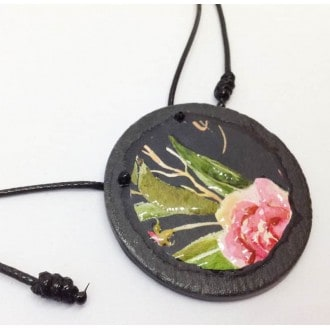 Collier en ardoise avec le motif Boho floral sur fond noir - Rose