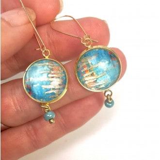 Boucles d'oreilles pendantes avec perle présentant un thème abstrait turquoise et feuille d'or