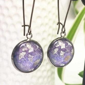 Boucles d'oreilles pendantes avec un thème feuille de Ginkgo argent sur fond aquarelle violet