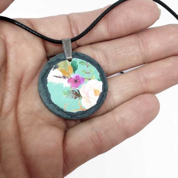 Collier en ardoise avec le motif boho floral vert d'eau fleurs blanches et fuchsia