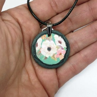 Slate necklace with a floral water-green theme : white and pink flowers