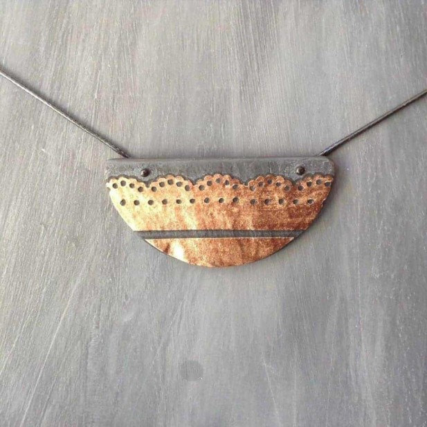 Collier en ardoise format demi lune avec dentelle de cuivre