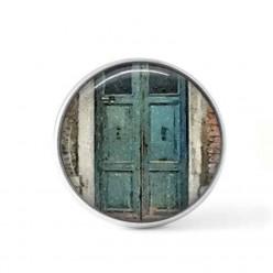 Bouton cabochon clipsable pour bijoux interchangeables avec un motif porte ancienne bleue
