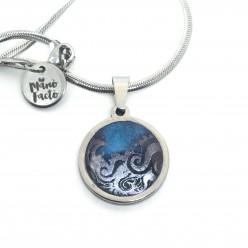 Collier en acier inoxydable avec un thème vagues d'argent sur fond bleu marine et turquoise