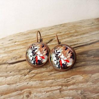Boucles d'oreilles fantaisie format dormeuses avec un motif japonisante feuilles et calligraphie