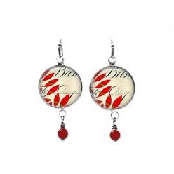 Boucles d'oreilles pendantes avec perles sur le thème du script et feuilles rouges