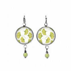 Boucles d'oreilles pendantes avec perles sur le thème de la feuille de ginkgo