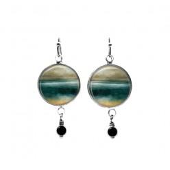 Boucles d'oreilles pendantes avec perles avec un paysage abstrait en bleu sarcelle et beige