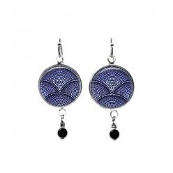 Pendants d'oreilles avec perles sur le thème du batik bleu marine