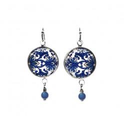 Boucles d'oreilles pendantes avec perles sur le thème damassé floral bleu