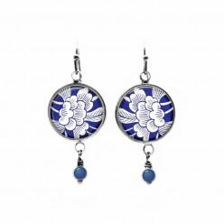 Boucles d'oreilles à levier avec un thème floral japonais bleu et blanc