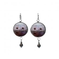 Boucles d'oreilles pendantes de perles sur le thème des rivets violets industriels