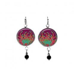 Boucles d'oreilles pendantes en perles sur le thème des plumes abstraites fuchsia et vertes