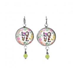 Boucles d'oreilles perlées sur le thème de l'amour floral