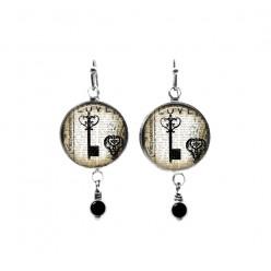 Boucles d'oreilles pendantes avec perles sur le thème clé vintage